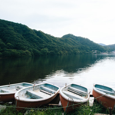 榛名湖と貸しボートの写真
