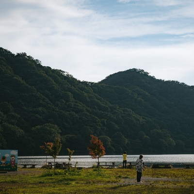 夕暮れ時の榛名湖の写真