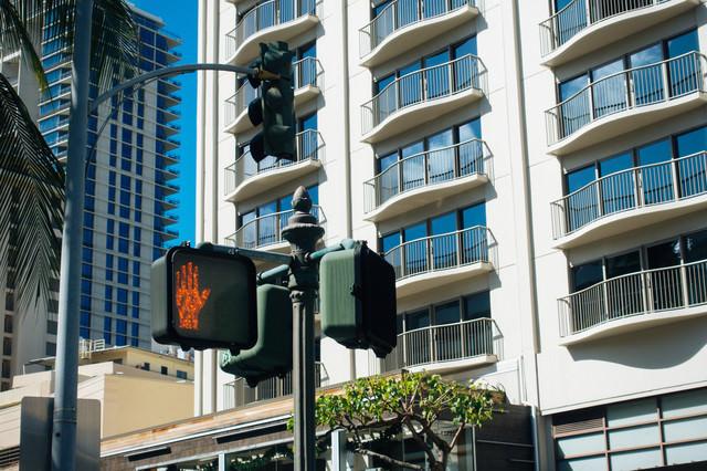 「STOP」ハワイの信号機の写真