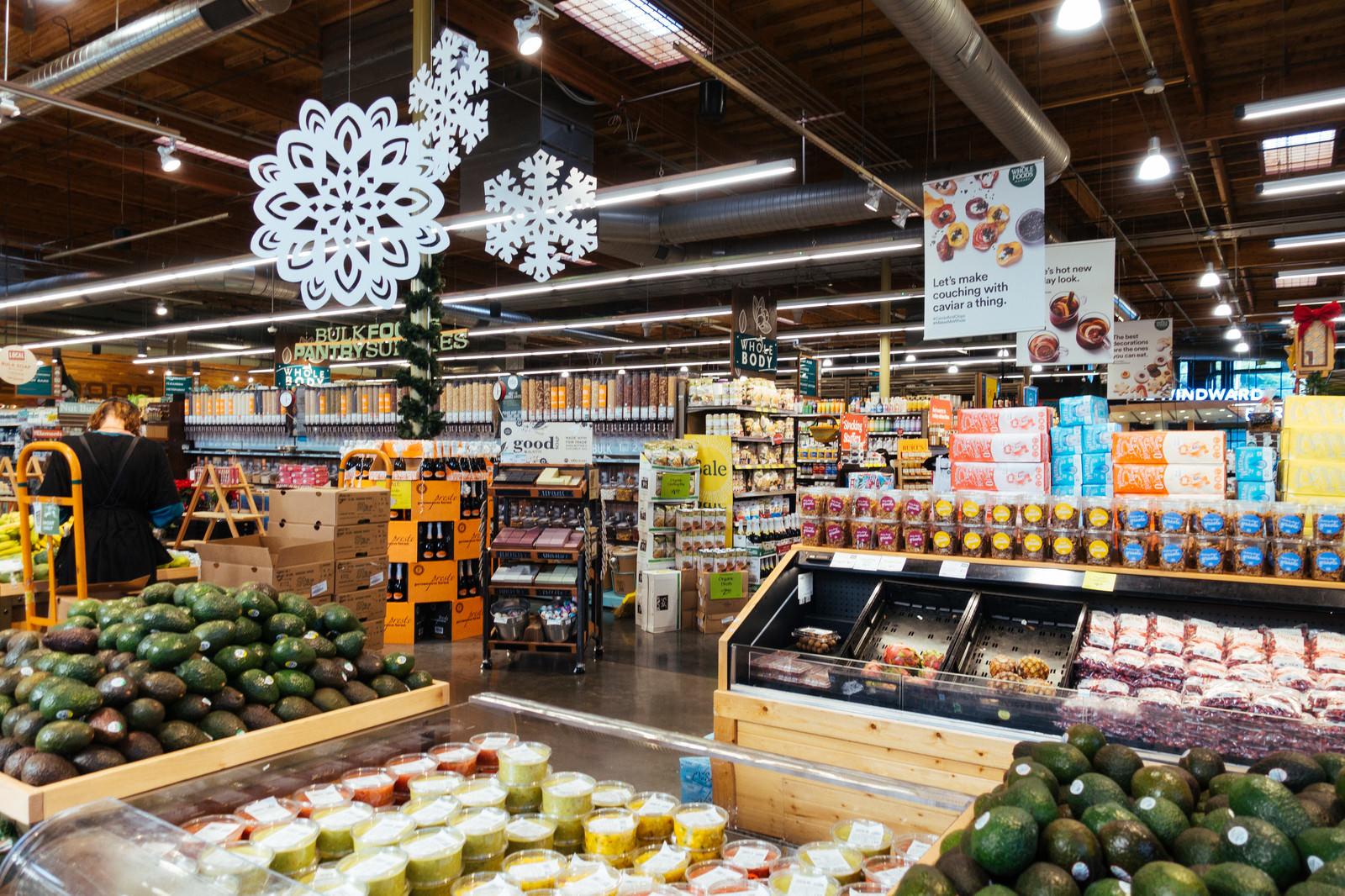 「迷子になりそうなほど広い海外のスーパーマーケット」の写真