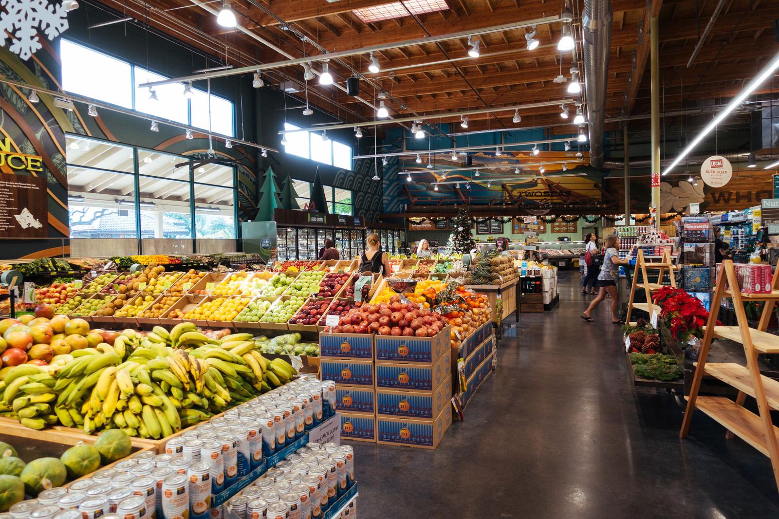 「山盛りのフルーツが並ぶ海外のスーパーマーケット」の写真