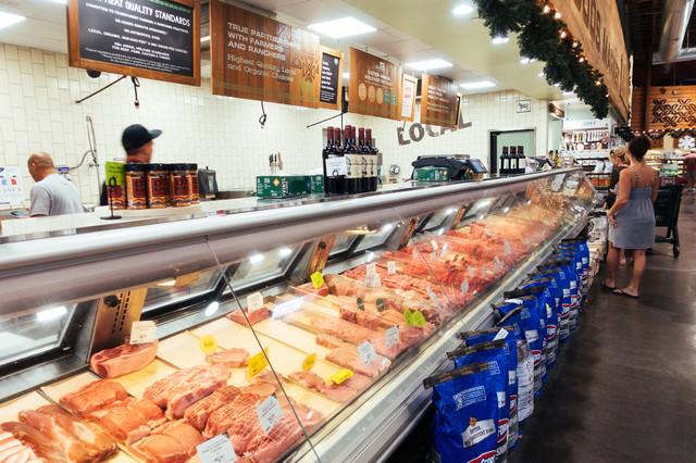 海外のスーパーマーケットの精肉店の写真