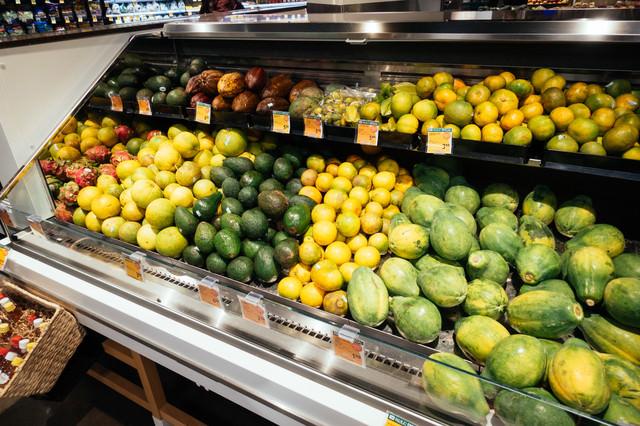 スーパーマーケットに並べられた南国のフルーツの写真