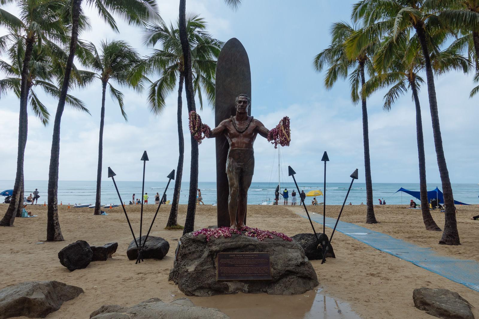 「伝説のサーファーの銅像」の写真