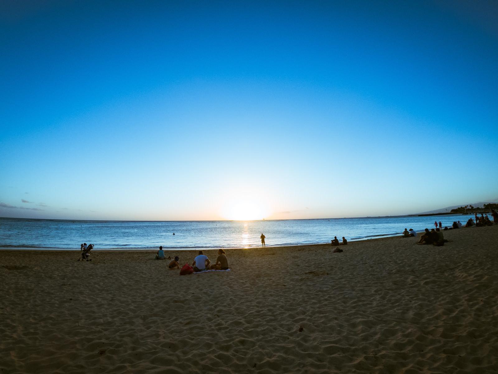 「ハワイのサンセットを眺める人々」の写真