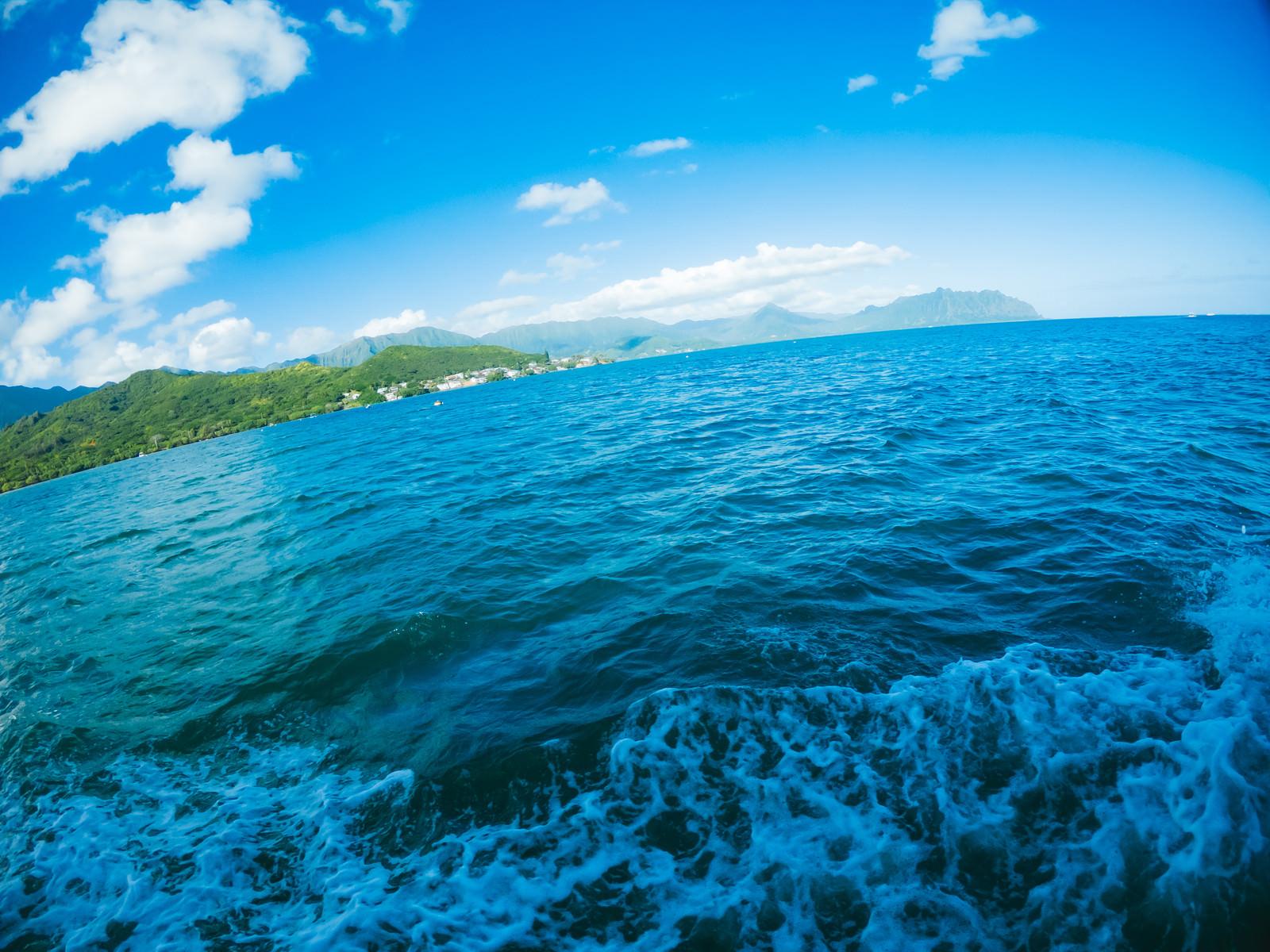 「ハワイの海上を移動中」の写真