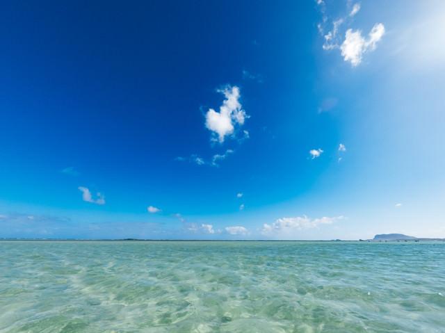 どこまでも歩けそうな天国の海の写真