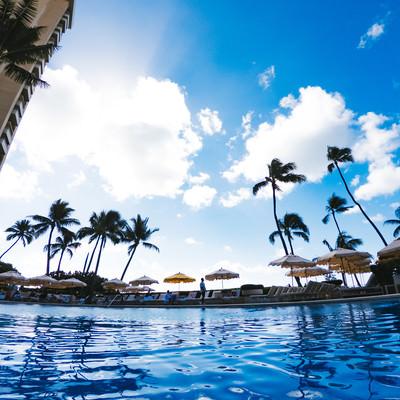 南国のリゾートホテルのプールの写真