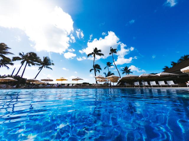 プールの水面から見た青空の写真
