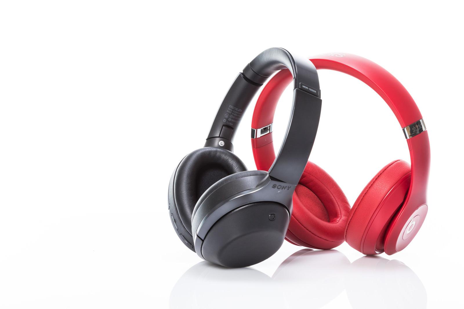 「黒と赤のワイヤレスヘッドフォン」の写真