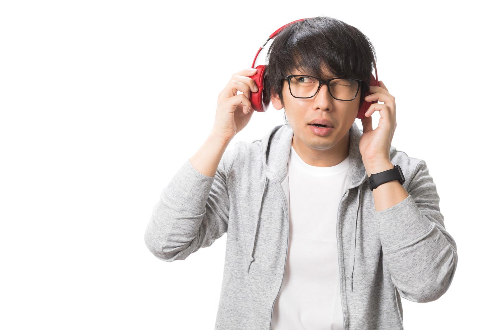 「ヘッドフォンの音漏れ気になる?」の写真[モデル:大川竜弥]