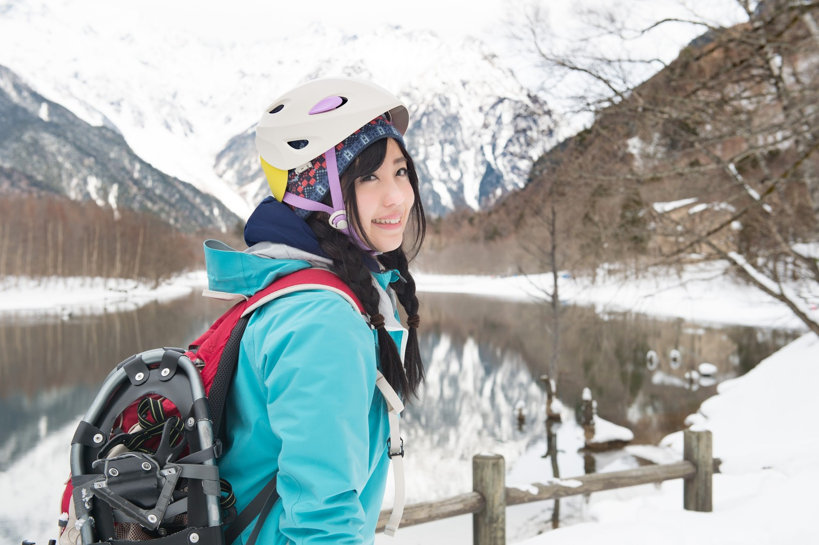 「上高地でスノーシュートレッキングに向かう女性」の写真[モデル:河村友歌]
