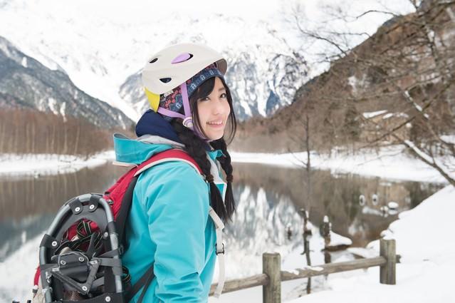 上高地でスノーシュートレッキングに向かう女性の写真