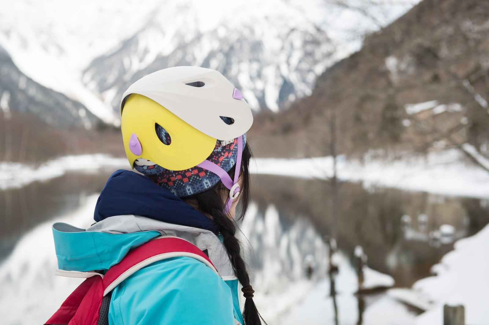 「カラーバリエーション豊富な登山用ヘルメット」の写真[モデル:河村友歌]