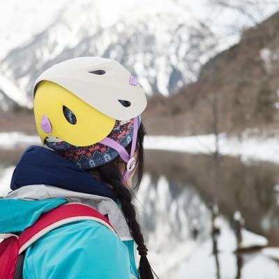 「カラーバリエーション豊富な登山用ヘルメット」の写真素材