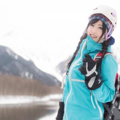「山ガール、冬の雪山レイヤリング」の写真素材