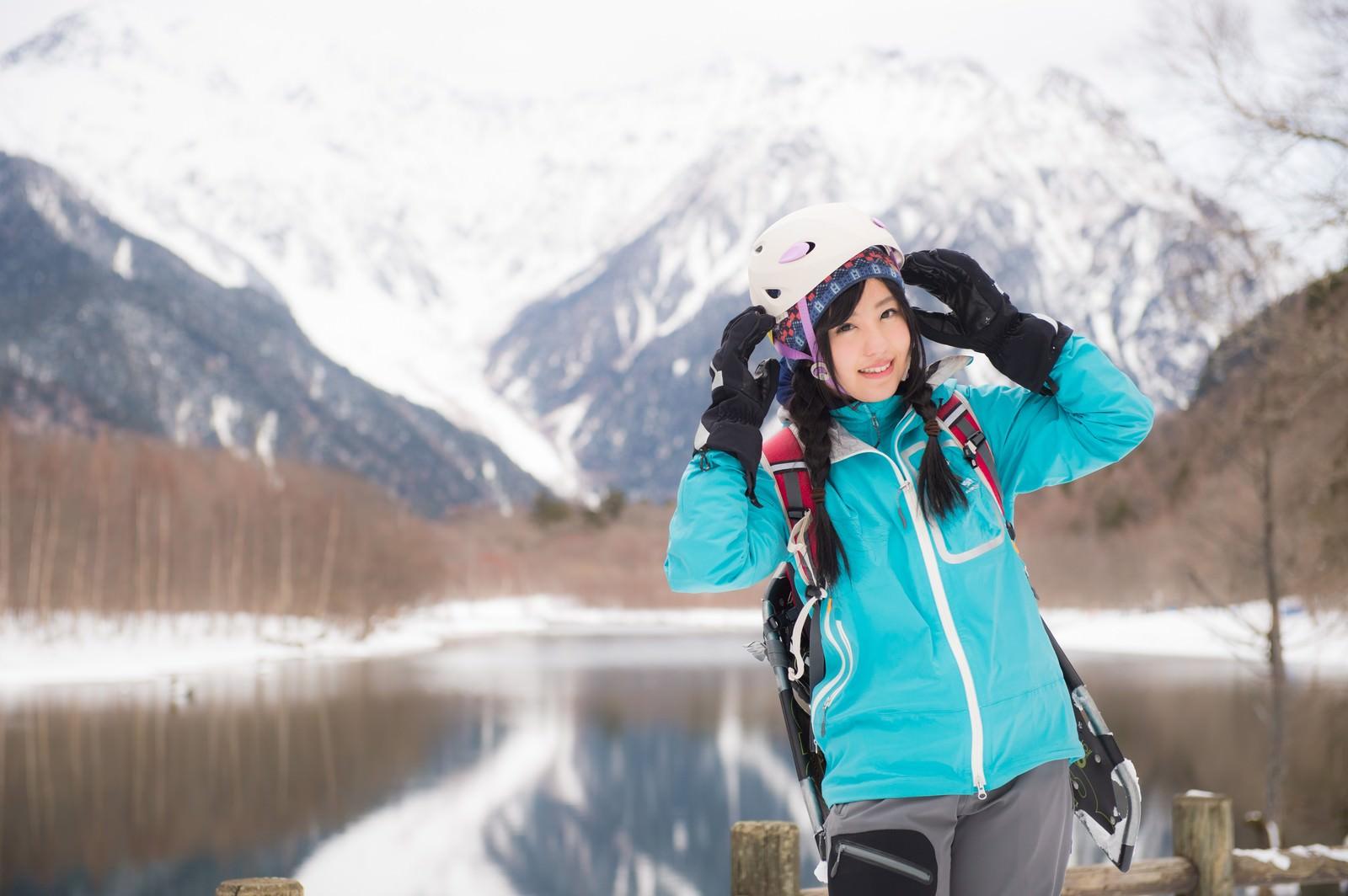 「女性らしさを備えた登山用ヘルメットを着用した女性」の写真[モデル:河村友歌]