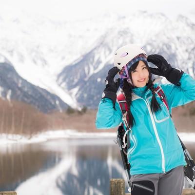 「女性らしさを備えた登山用ヘルメットを着用した女性」の写真素材
