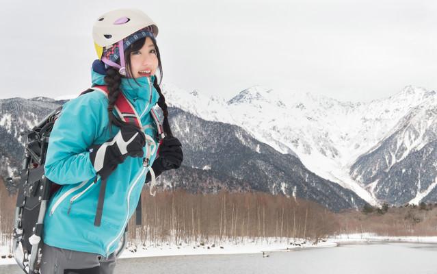 冬の上高地(大正池)でトレッキング女子の写真