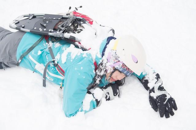スノーシューを装着せずに転倒した様子の写真
