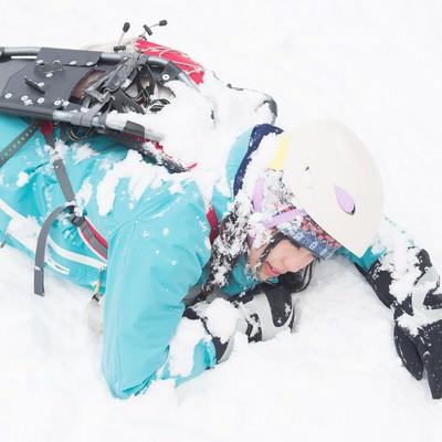 「スノーシューを装着せずに転倒した様子」の写真素材