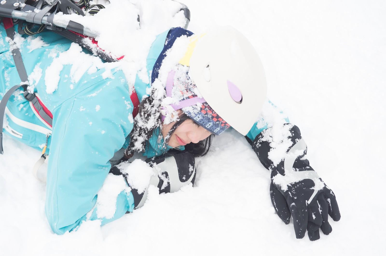 「雪山で滑落した女性」の写真