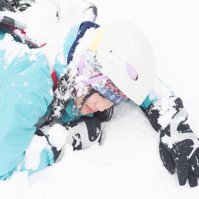 「雪山で滑落した女性」の写真素材