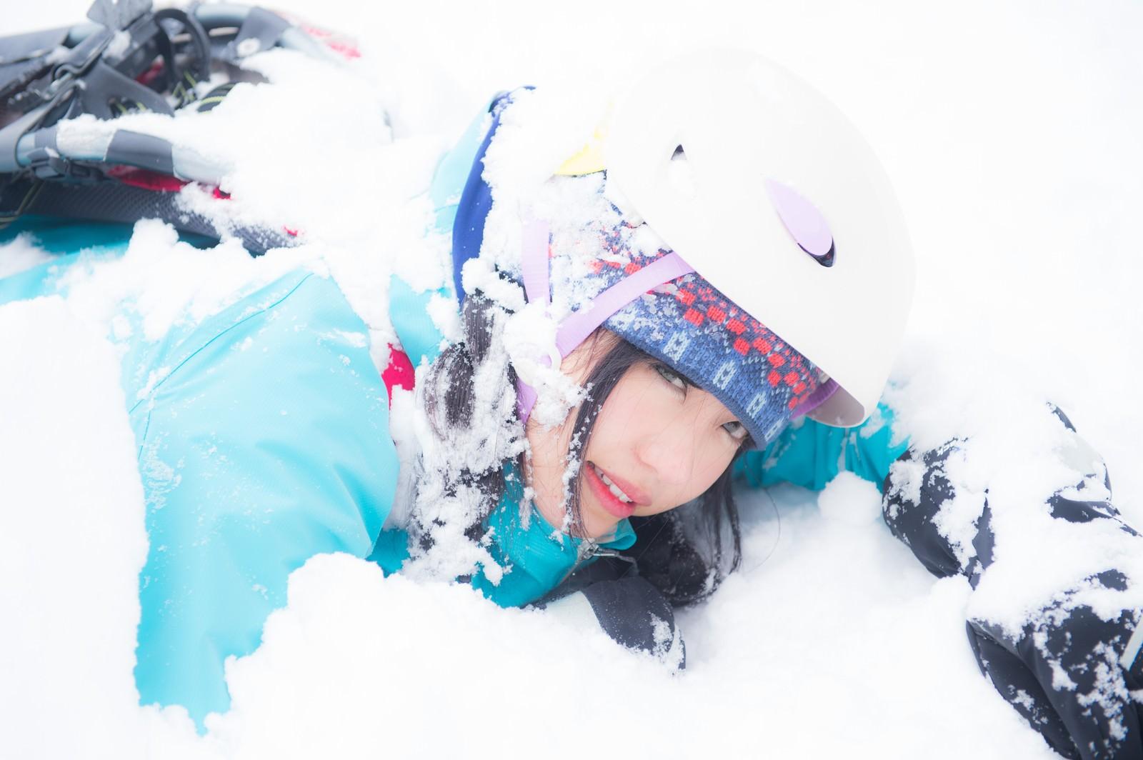 「頭上から雪塊が降ってきた(ヘルメット着用で安全)」の写真[モデル:河村友歌]