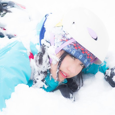 「頭上から雪塊が降ってきた(ヘルメット着用で安全)」の写真素材