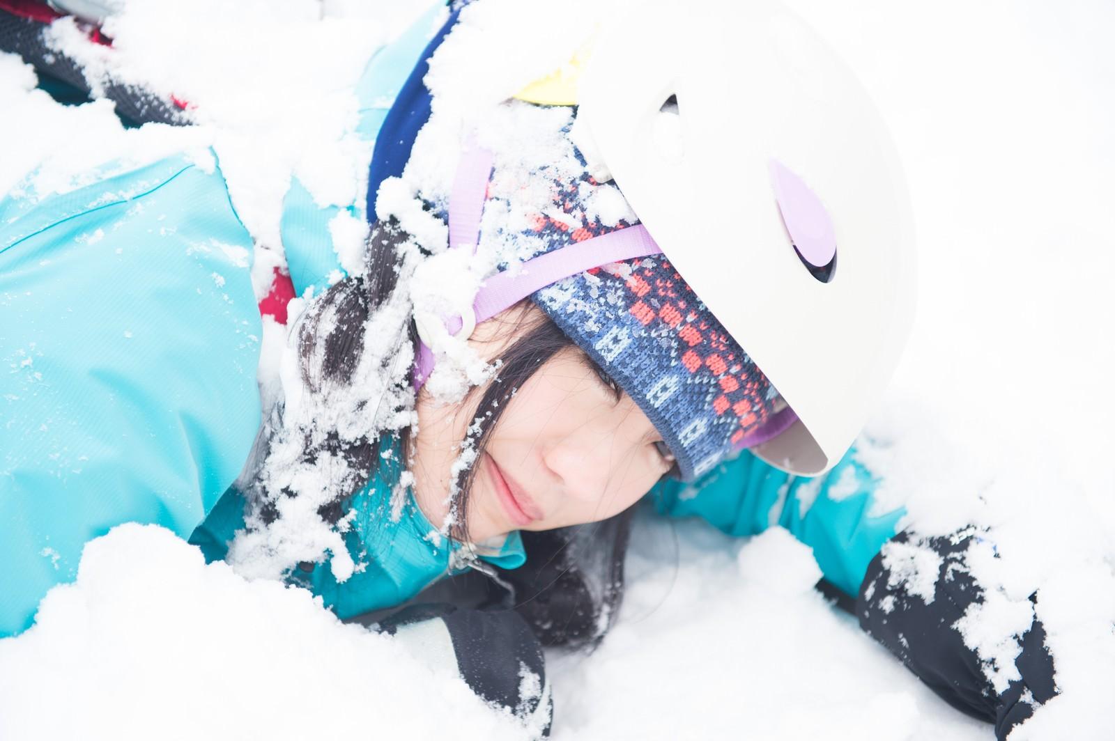 「雪山トレッキング中に転倒。ヘルメットしていてよかった雪山トレッキング中に転倒。ヘルメットしていてよかった」[モデル:河村友歌]のフリー写真素材を拡大