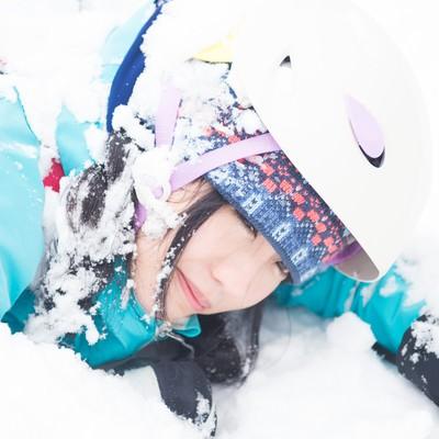 「雪山トレッキング中に転倒。ヘルメットしていてよかった」の写真素材