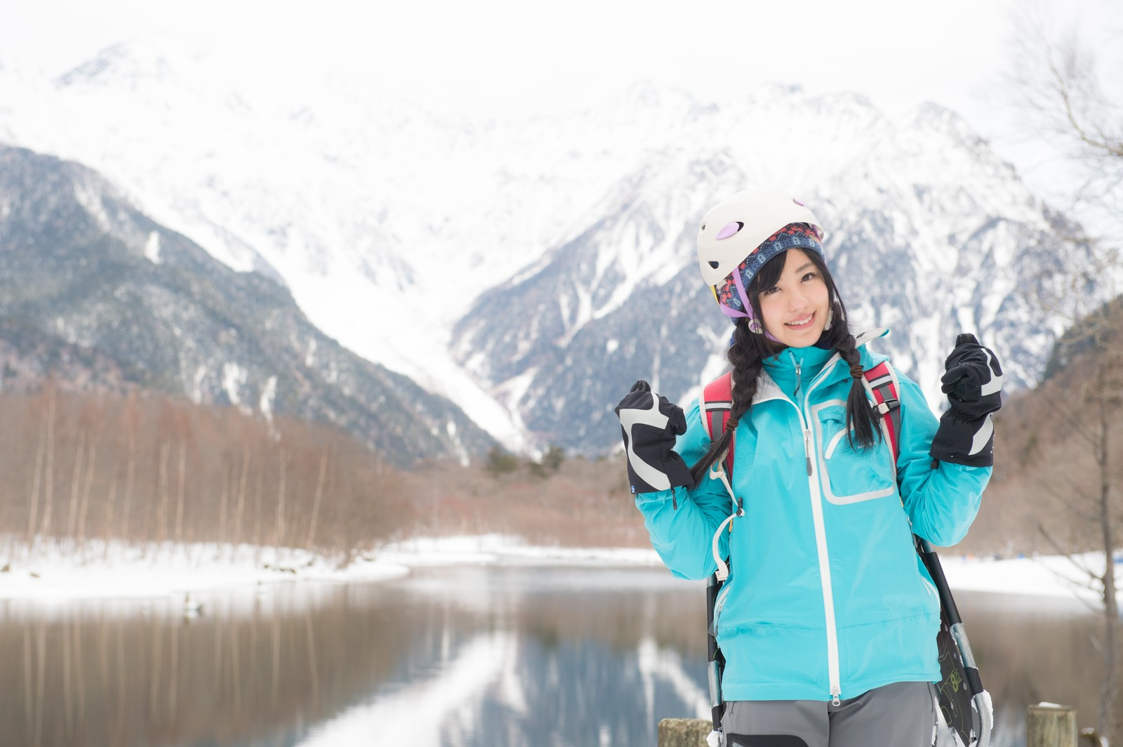 「冬の上高地を満喫するぞい!冬の上高地を満喫するぞい!」[モデル:河村友歌]のフリー写真素材を拡大