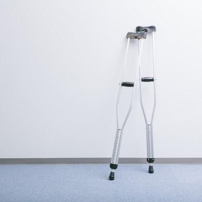 廊下に立てかけられた松葉杖の写真