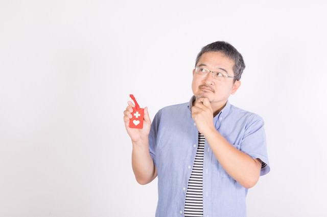 ヘルプマークの周知を考える男性の写真