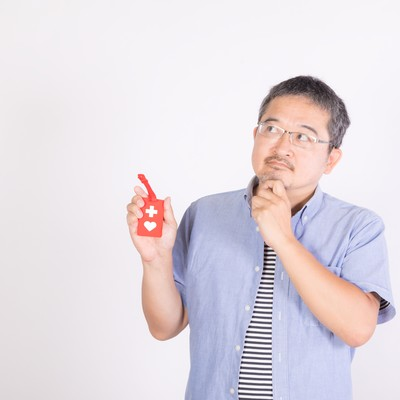 「ヘルプマークの周知を考える男性」の写真素材