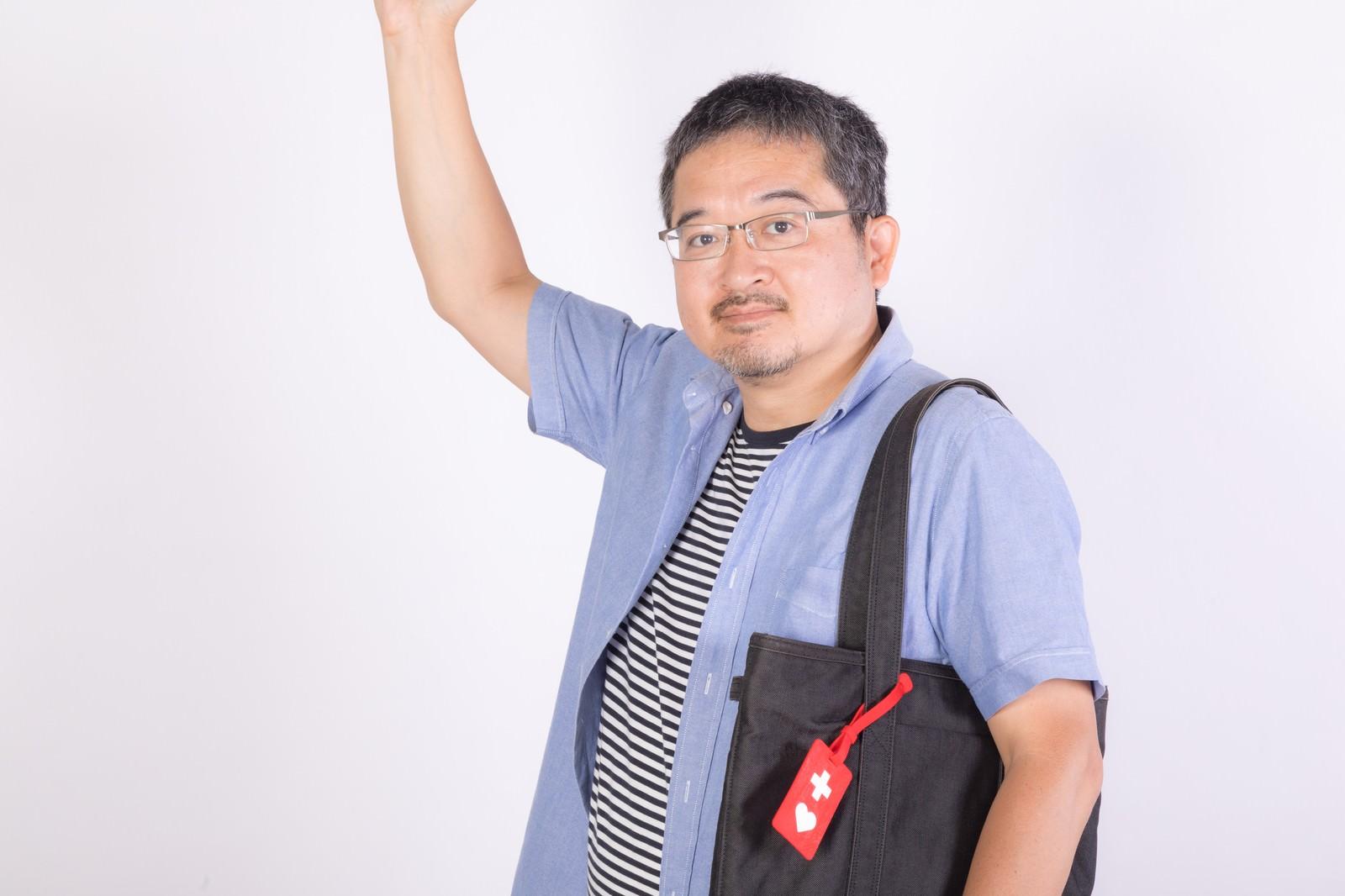 「ヘルプマークを取り付けた男性」の写真[モデル:ナリシゲ]