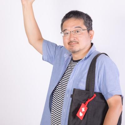 「ヘルプマークを取り付けた男性」の写真素材