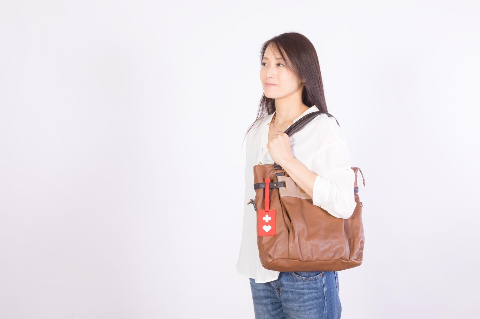 「ヘルプマークをつけて外出する女性ヘルプマークをつけて外出する女性」[モデル:土本寛子]のフリー写真素材を拡大