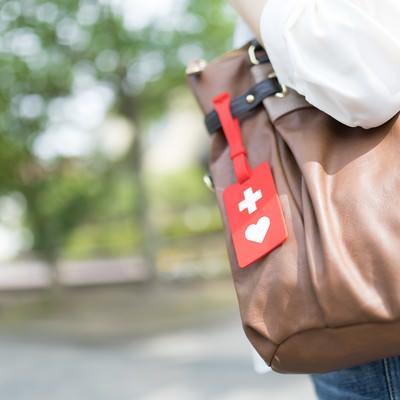 「十字とハートが付いた赤いマークの「ヘルプマーク」」の写真素材