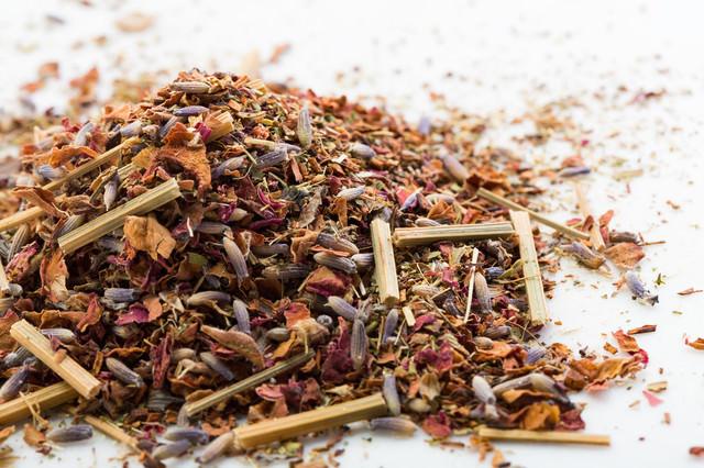 混ぜられた乾燥した香草類の写真