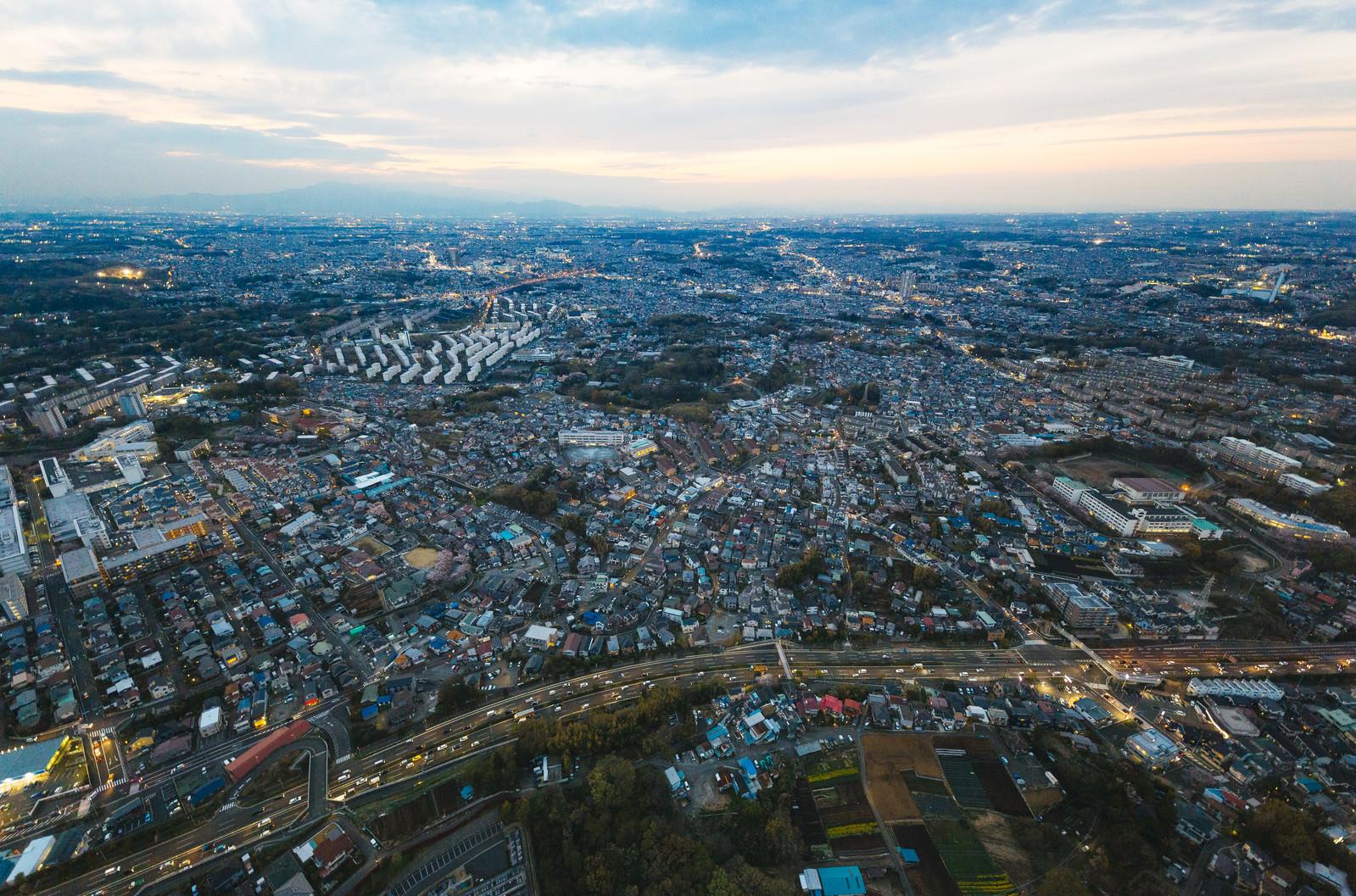 「ヘリコプター上空から撮影した市街地」の写真