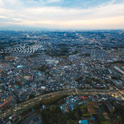 ヘリコプター上空から撮影した市街地の写真