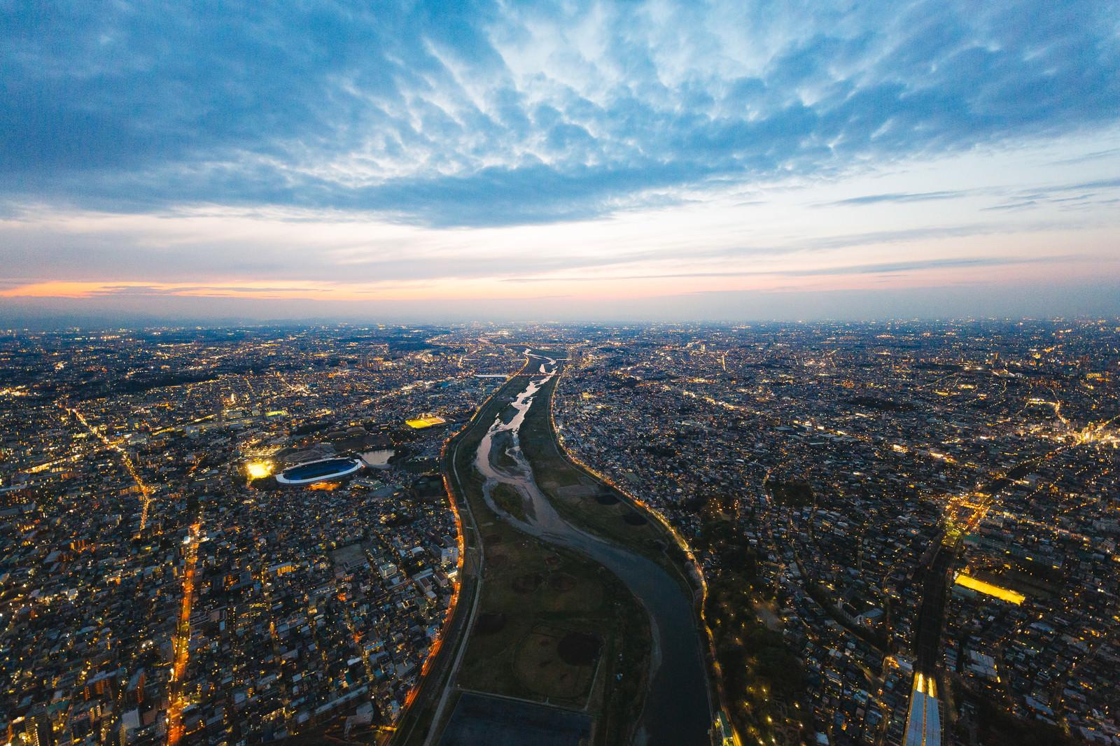 「多摩川上空(左が神奈川県、右が東京都)」の写真
