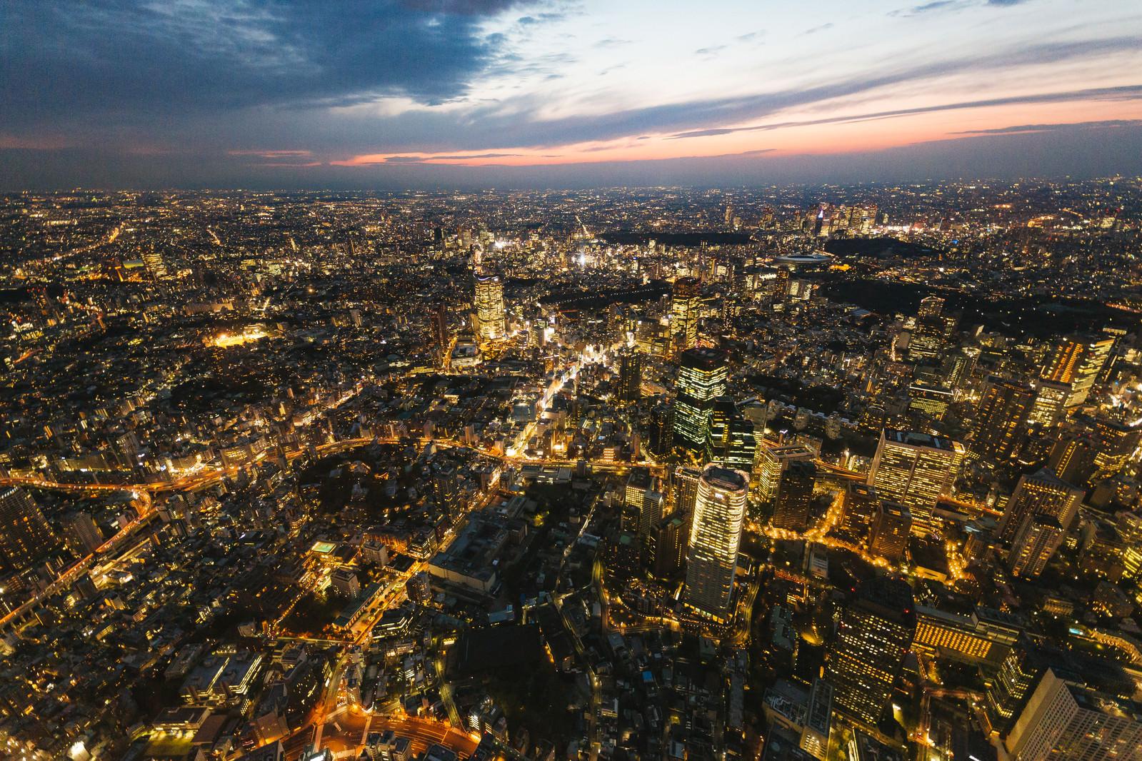 「日没間近の都心の様子(空撮)」の写真