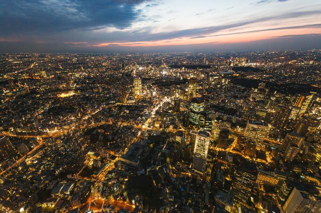 日没間近の都心の様子(空撮)の写真