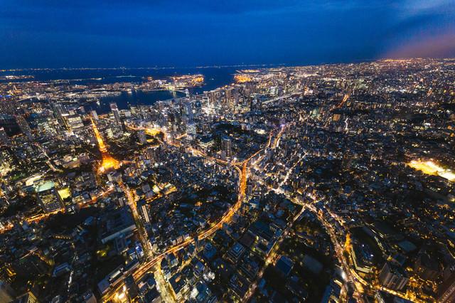 東京タワー上空と都市景観(夜景)の写真