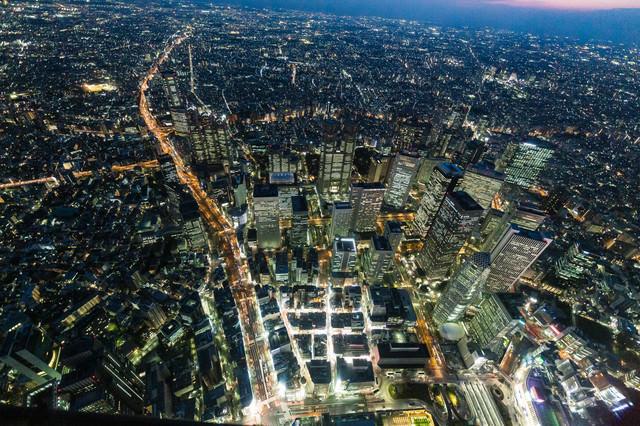 新宿のビル群を夜景空撮の写真