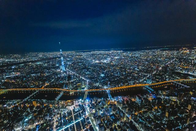 隅田川と東京スカイツリーの空撮夜景の写真