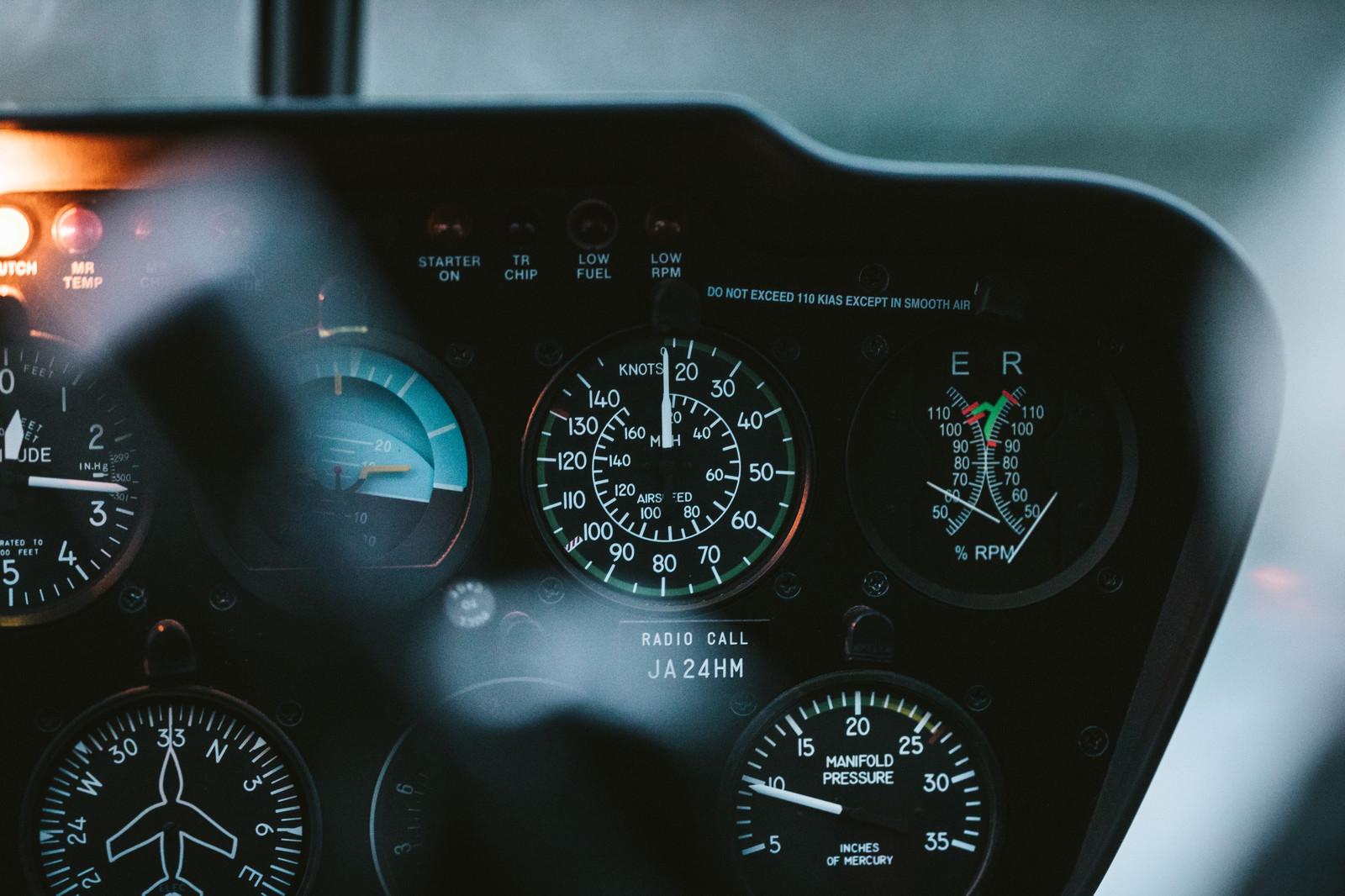 「ヘリコプターの運転席にある計器類」の写真