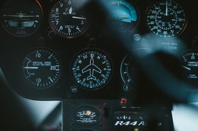 ヘリコプター内のメーター(計器)の写真